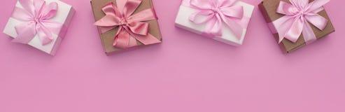 Dekorative Feriengeschenkkästen der Fahne mit rosa Farbe auf rosa Hintergrund Stockbilder