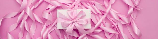 Dekorative Feriengeschenkkästen der Fahne mit rosa Farbe auf rosa Hintergrund Lizenzfreies Stockfoto