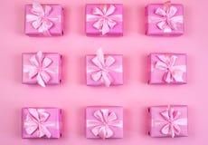 Dekorative Feriengeschenkkästen mit rosa Farbe auf rosa Hintergrund Lizenzfreie Stockfotos