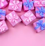 Dekorative Feriengeschenkkästen mit rosa Farbe auf rosa Hintergrund Stockfoto