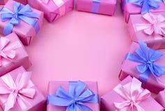 Dekorative Feriengeschenkkästen mit rosa Farbe auf rosa Hintergrund Lizenzfreie Stockfotografie