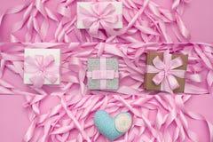 Dekorative Feriengeschenkkästen mit rosa Farbe auf rosa Hintergrund Lizenzfreies Stockfoto