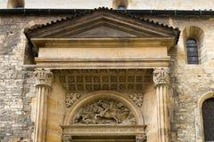 Dekorative Flachreliefs über dem Eingang in Prag Lizenzfreie Stockfotografie