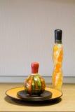 Dekorative Flaschen und die keramische Platte Lizenzfreies Stockbild