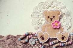 Dekorative Fotocollage in der Weinleseart mit Teddybär- und Textilelementen Stockbilder