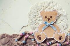 Dekorative Fotocollage in der Weinleseart mit Teddybär- und Textilelementen Lizenzfreie Stockbilder