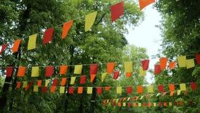 Dekorative Girlanden von bunten rechteckigen Flaggen stock footage