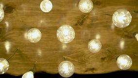 Dekorative Glühlampen, die an der Decke hängen Helles Glühen hell von der Weinlesebirnenlampe Antike Wolframlichtlampe stock footage
