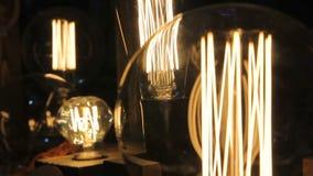 Dekorative Glühlampen Edison von verschiedenen Formen und von Größen, Weinleseausstellung stock video