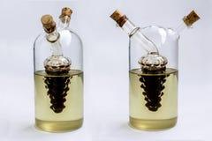 Dekorative Glasflasche mit Olivenöl und Sojasoße Stockfoto