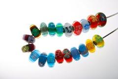 Dekorative Glasperlen auf Netzkabel stockbild
