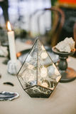 Dekorative Glaspyramide mit Hintergrundbeleuchtung Stockfoto