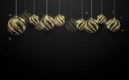 Dekorative goldene Weihnachtsbälle, die am schwarzen Hintergrund hängen lizenzfreie abbildung