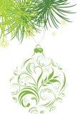 Dekorative grüne Weihnachtskugel und Tannenbaum Stockbild