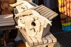 Dekorative hölzerne Nistkästen für Vögel Stockfoto
