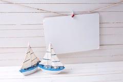 Dekorative hölzerne Spielwarensegelboote und -empty tag kleiden an lizenzfreies stockbild