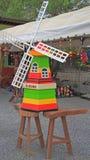 Dekorative hölzerne Windmühle im Garten stockfoto