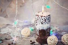 Dekorative handgemachte Kerze mit Kaffeebohnen Stockbilder