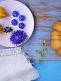 Dekorative Herbstzusammensetzung von Kürbisen, Blumen, Kerzen auf einem hellen hölzernen Hintergrund, Draufsicht Feiertag, Hallow lizenzfreie stockfotos
