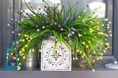 Dekorative künstliche Blumen Lizenzfreie Stockfotos