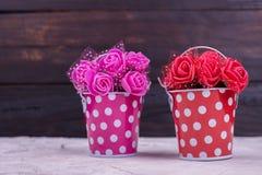 Dekorative künstliche Blumen im Eimer Lizenzfreies Stockbild