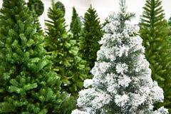 Dekorative künstliche Weihnachtsbäume im Speicher stockfotografie
