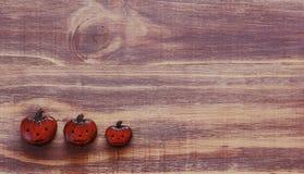 Dekorative Kürbise für Halloween auf einem hölzernen Hintergrund Lizenzfreie Stockfotos