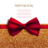 Dekorative Karte der Einladung mit rotem glänzendem Funkeln des Bogens und des Goldes Stockfotografie