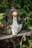Dekorative keramische Ente in einem Garten Stockfotos