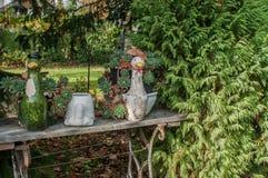 Dekorative keramische Ente in einem Garten Stockbild