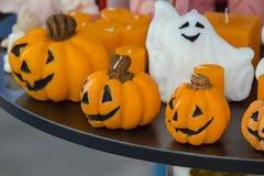 Dekorative Kerzen in Form eines Kürbises für Halloween Stockfoto