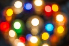 Dekorative Kette Bokeh im Freien beleuchtet das Hängen am Baum im Garten Nacht-timebokeh an den dekorativen Kettenlichtern im Fre Lizenzfreies Stockfoto
