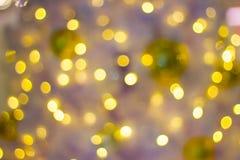 Dekorative Kette Bokeh im Freien beleuchtet an einem Baum im Garten in der Nacht hängen Lizenzfreie Stockbilder