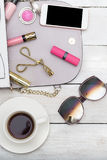 Dekorative Kosmetik, Tasche und Telefon Vertikales Foto Stockfoto