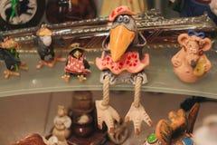 Dekorative Krähe und andere Spielwaren im Regal im Raum stockbild