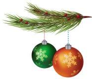 Dekorative Kugeln des neuen Jahres, die am Weihnachtsbaum hängen Lizenzfreies Stockfoto