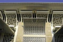 Dekorative kurvende Stahlkonstruktion der Moschee Stockfotografie
