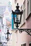 Dekorative Lampe auf einer Hausmauer stockbild