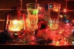 Dekorative Lampe und Gläser mit Champagner Lizenzfreie Stockfotos
