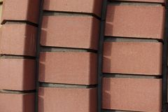 Dekorative Maurerarbeit gemacht von den Ziegelsteinen der rötlichen Orange stockfoto