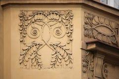 Dekorative mit Blumendekoration auf dem Art Nouveau-Gebäude Stockfoto