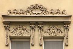 Dekorative mit Blumendekoration auf dem Art Nouveau-Gebäude Stockfotografie