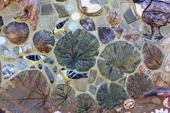Dekorative Mosaik-Fliesenvögel und -blätter Stockbilder