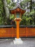 Dekorative orange hölzerne Laterne an einem japanischen shintoistischen Schrein Stockfotografie