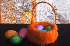 Dekorative Ostereier in einem Korb, Stockfotografie