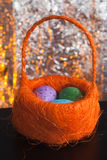 Dekorative Ostereier in einem Korb, Lizenzfreie Stockbilder