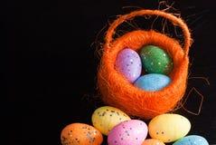 Dekorative Ostereier in einem Korb, Lizenzfreie Stockfotografie