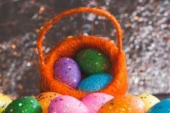 Dekorative Ostereier in einem Korb, Lizenzfreies Stockbild