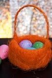 Dekorative Ostereier in einem Korb, Stockbilder