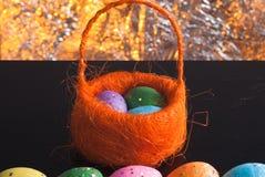 Dekorative Ostereier in einem Korb, Lizenzfreie Stockfotos
